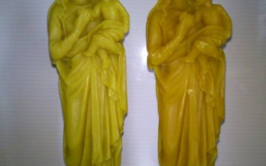 Figurka Matka Boska z wosku pszczelego